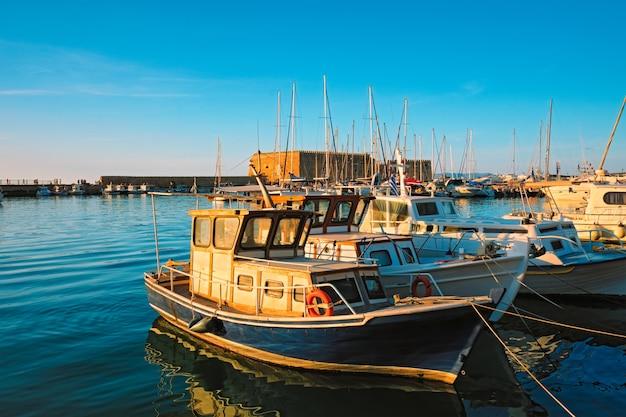 Forte veneziano em heraklion e barcos de pesca atracados na ilha de creta, grécia