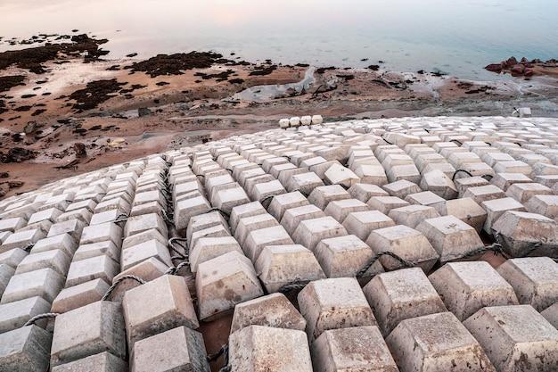 Fortificação costeira de concreto armado. reforços de proteção contra a erosão das margens do mar de concreto. teriberka.