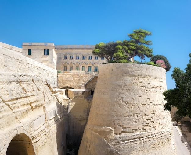 Fortificações antigas de arenito em malta