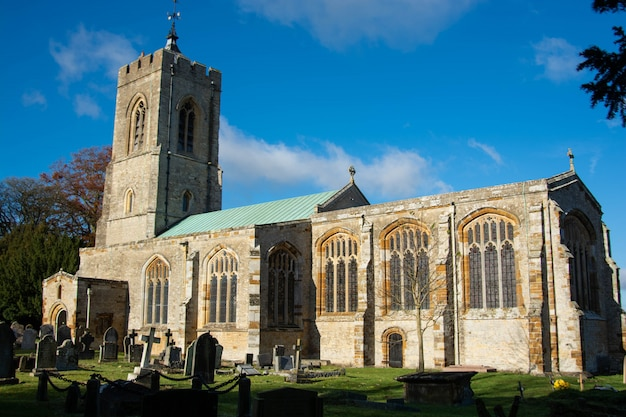 Fortifique a igreja paroquial de ashby em uma manhã ensolarada de outono.