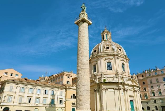 Fórum de trajano com igreja e coluna em roma