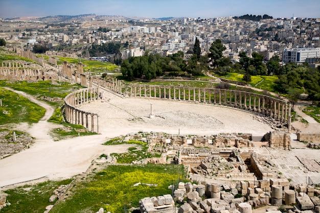 Forum e colonnade street em jerash, jordânia