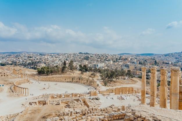 Fórum oval na antiga cidade romana de gerasa, em jerash, jordânia.