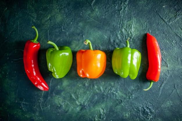 Foto a cores de pimenta com molho de vegetais e pimentão fresco com fundo azul escuro, vista de cima, tempero