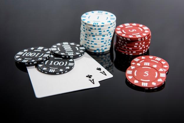 Foto abstrata de cassino. jogo de pôquer em fundo vermelho. tema do jogo.