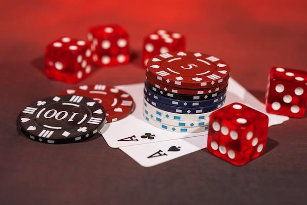 Foto abstrata de cassino. jogo de pôquer em fundo vermelho