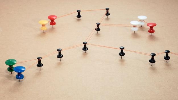 Foto abstrata de trabalho de escritório. pontos com fio na superfície de madeira.