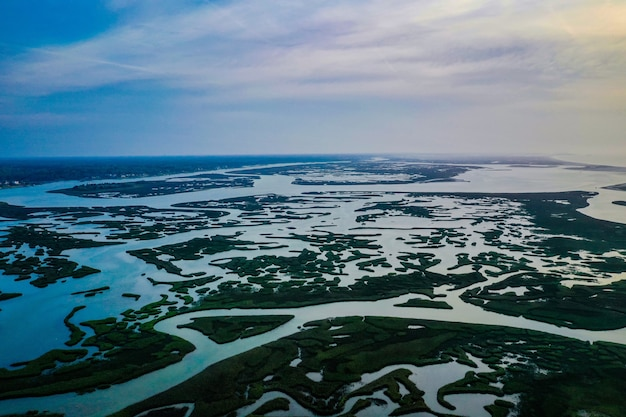 Foto aérea acima dos pântanos ao longo da costa do atlântico