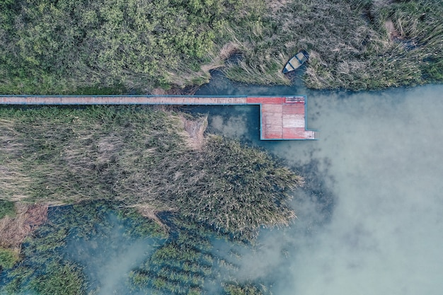Foto aérea aérea de um pequeno local de pesca perto de um lago