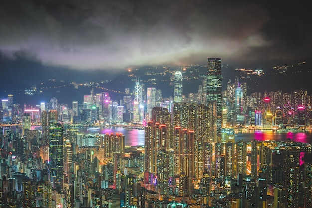 Foto aérea da arquitetura da cidade urbana moderna bonita e skyline com céu incrível