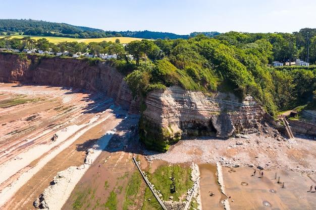 Foto aérea da baía de st audries e cachoeira em west quantoxhead em um dia ensolarado de verão