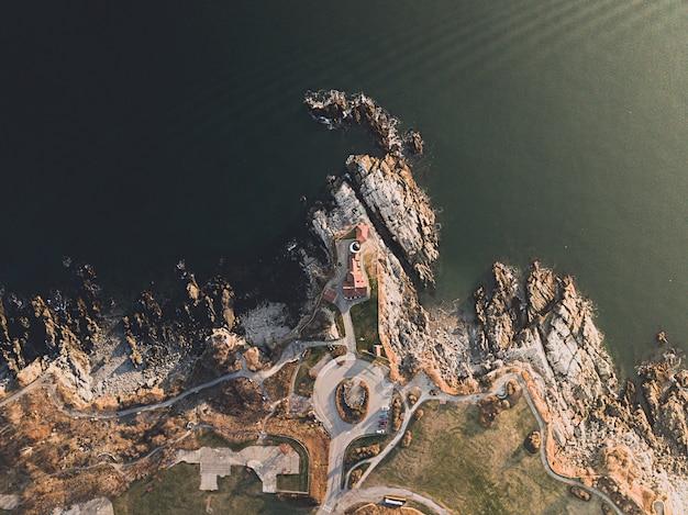 Foto aérea da bela costa rochosa