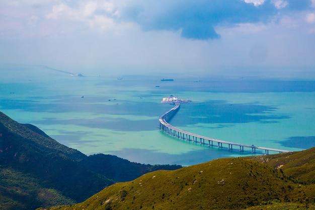 Foto aérea da ilha de lantau em hong kong com uma ponte no oceano