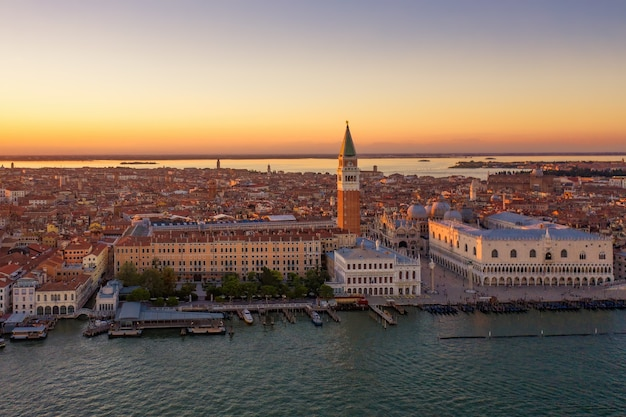Foto aérea da praça de são marcos em veneza durante um pôr do sol