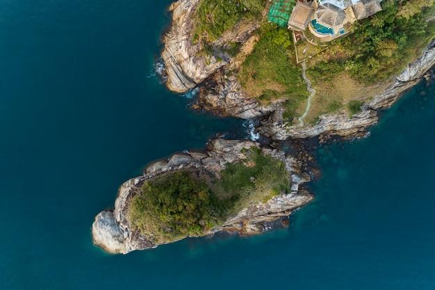 Foto aérea da vista aérea do zangão do mar tropical com ilha bonita