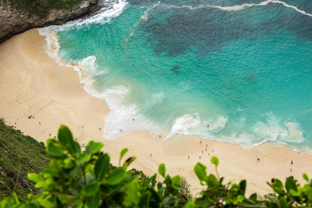 Foto aérea das ondas do mar à beira-mar durante o dia