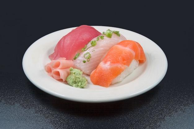 Foto aérea de alimentos crus colocados em um prato branco com a cor preta no fundo