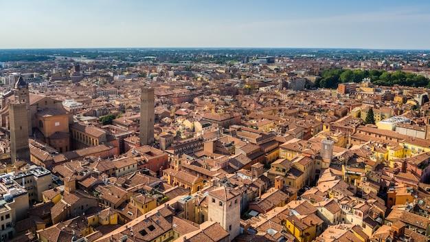 Foto aérea de belas ruas e edifícios de um centro histórico de bolonha
