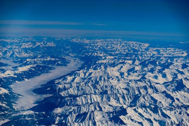 Foto aérea de cadeias de montanhas azuis