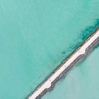Foto aérea de caminhos estreitos e finos perto de uma doca