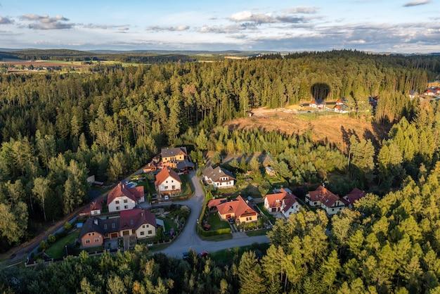 Foto aérea de edifícios cercados por árvores