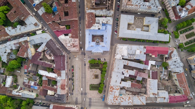Foto aérea de edifícios de chernivtsi e rua da cidade europeia