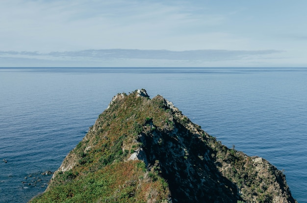 Foto aérea de ermita de la regalina nas astúrias, espanha - perfeita para o fundo