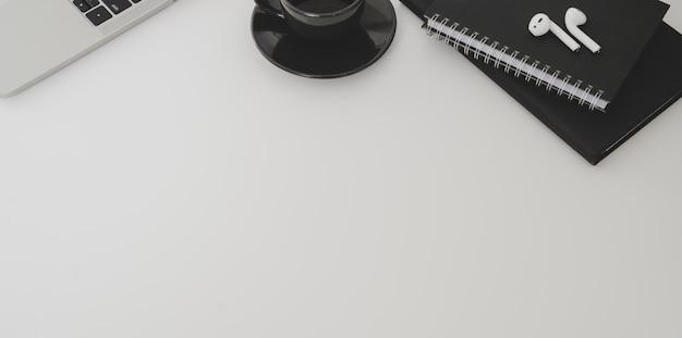 Foto aérea de espaço mínimo no local de trabalho e cópia com material de escritório
