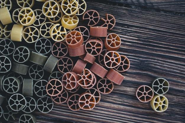Foto aérea de massa de roda colorida em um fundo de madeira