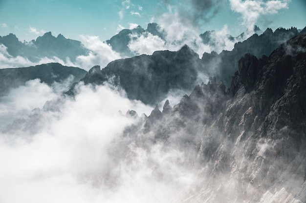 Foto aérea de montanhas no nevoeiro