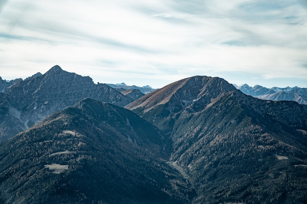 Foto aérea de montanhas sob céu nublado