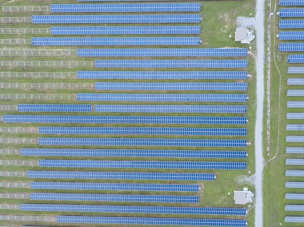 Foto aérea de painéis solares. painéis solares azuis. módulos fotovoltaicos para energia renovável.