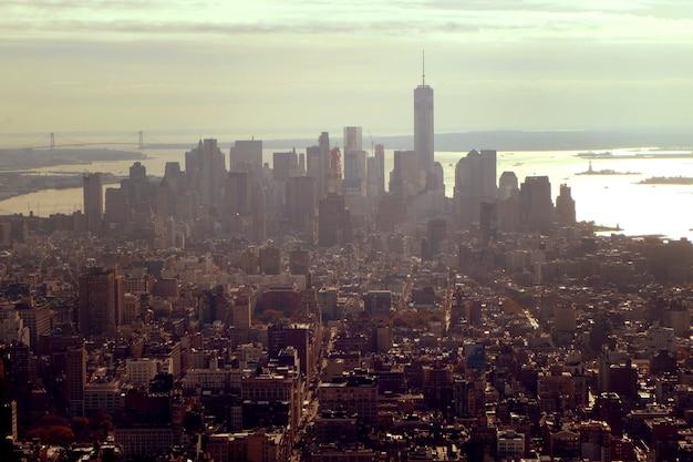 Foto aérea de prédios da cidade sob um céu nublado