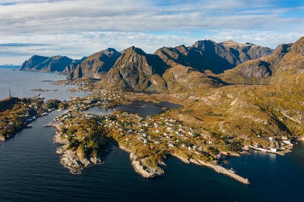 Foto aérea de tirar o fôlego da paisagem montanhosa com altas montanhas rochosas e o oceano