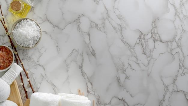 Foto aérea de tratamento de spa de beleza e relaxar conceito com toalha branca, sal de spa, óleo de aroma e acessórios de spa