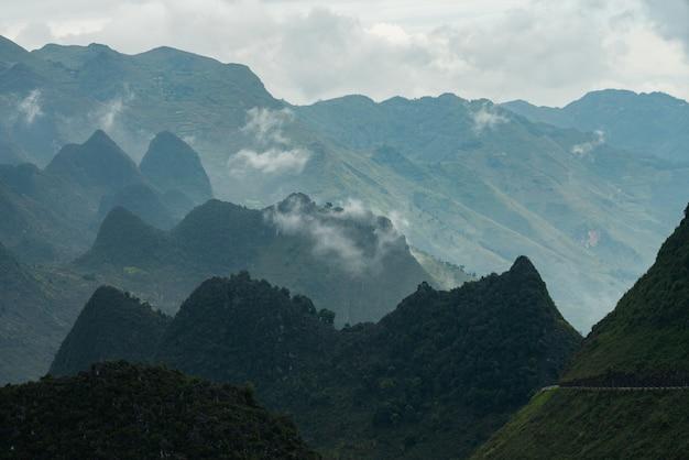 Foto aérea de um belo cume sob as nuvens no vietnã