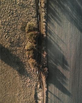 Foto aérea de um campo com belas paisagens do pôr do sol
