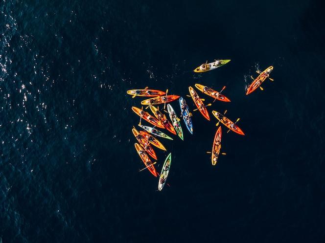 foto aérea de um grupo de caiaque remando no mar
