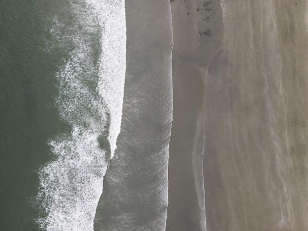 Foto aérea de um litoral