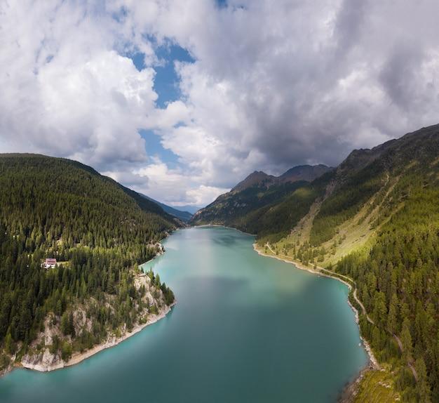 Foto aérea de um rio e uma floresta nas colinas