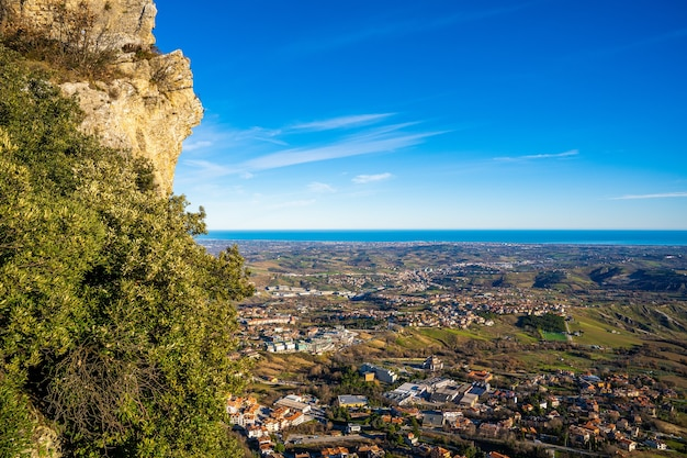 Foto aérea de uma bela cidade localizada em uma área montanhosa próxima ao mar