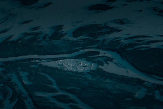 Foto aérea de uma bela paisagem coberta de neve no início da manhã