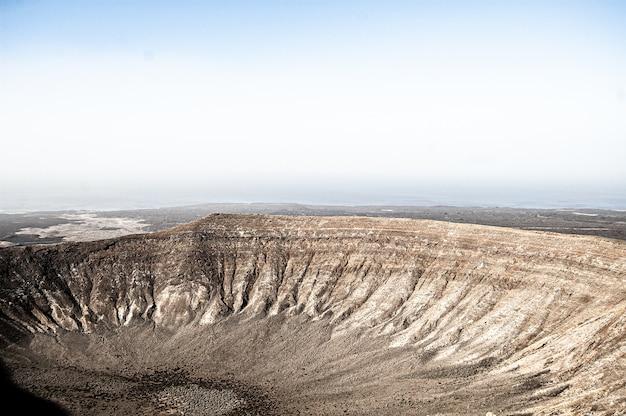 Foto aérea de uma bela paisagem em lanzarote, espanha, durante o dia