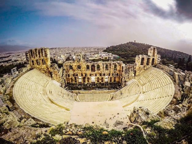 Foto aérea de uma bela vista da cidade com uma estrutura arquitetônica histórica na grécia