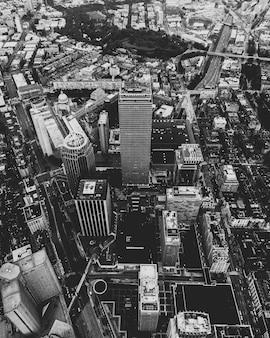 Foto aérea de uma cidade urbana em preto e branco