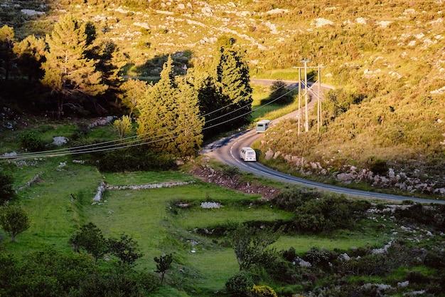 Foto aérea de uma estrada na natureza em gourdon cote d'azur