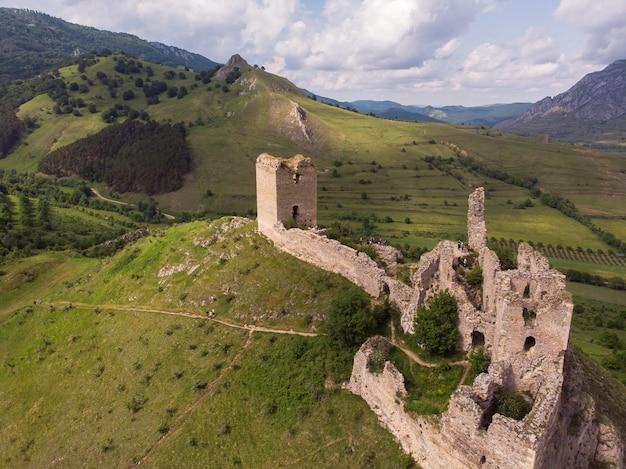Foto aérea de uma incrível fortaleza medieval no topo de uma colina em rimetea, transilvânia, romênia