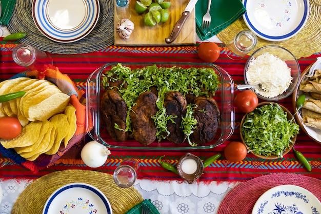 Foto aérea de uma mesa com comida mexicana