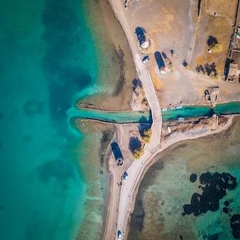 Foto aérea de uma paisagem marinha