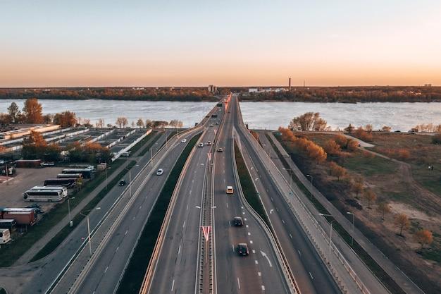 Foto aérea de uma ponte sobre um rio